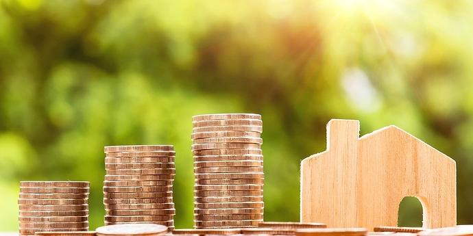 Haus und Geldstapel