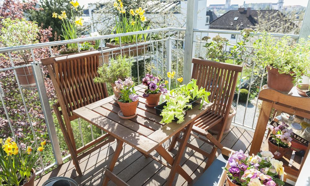 Gartentisch auf Balkon