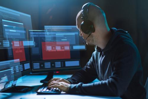 Hacker sitzt am Computer