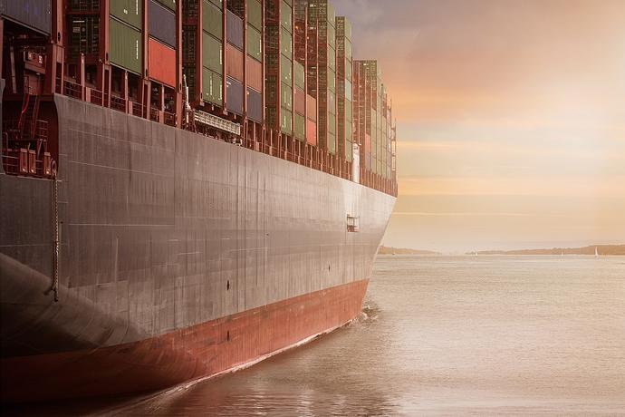Containerschiff fährt in Hafen ein