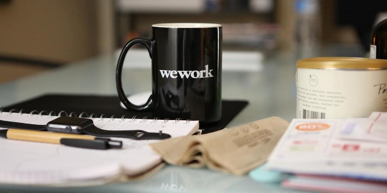 Schreibtisch mit Tasse und Notizblock
