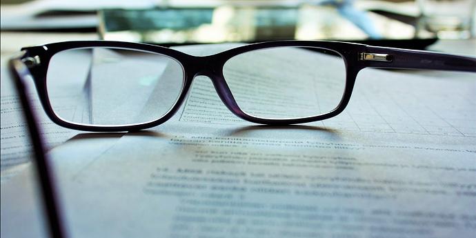 Text mit Brille