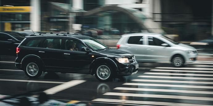 fahrende Autos auf der Straße