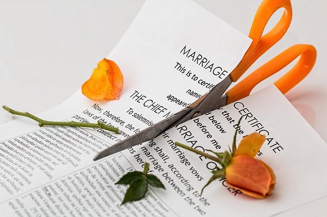 Scheere zerschneidet Ehevertrag