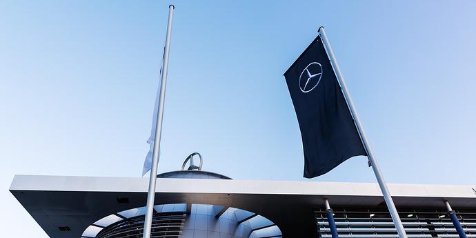 Fahne mit Audi-Logo vor Gebäude