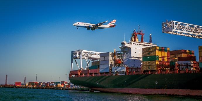 Containershiff mit Flugzeug