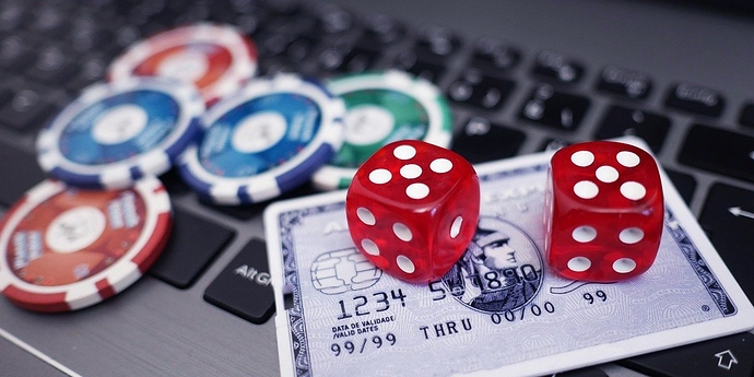 Pokerchips und Würfel auf einer Tastatur