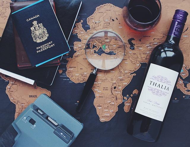 Reiseutensilien auf Landkarte