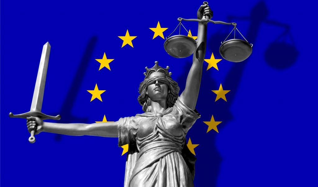 Justitia vor der europäischen Flagge