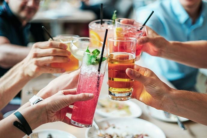 Gruppe von Personen stößt mit Getränken an