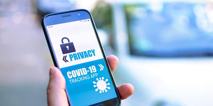 |Handy mit Corona Warn App 690x345