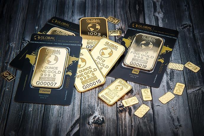 Goldbarren auf Holztisch