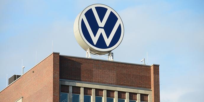 VW Logo auf Gebäude