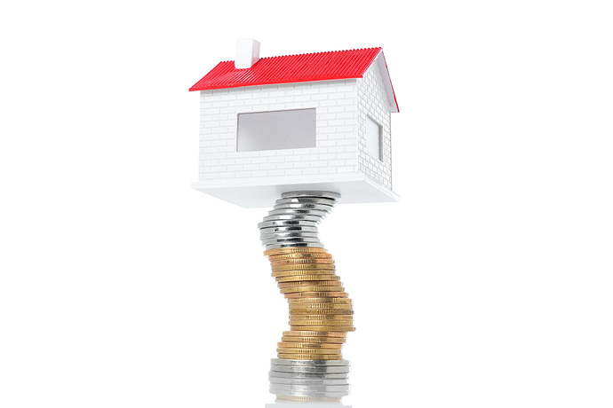 Haus auf Stapel von Münzen