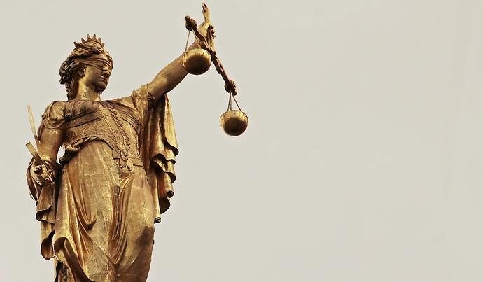 Justitia vor grauem Himmel