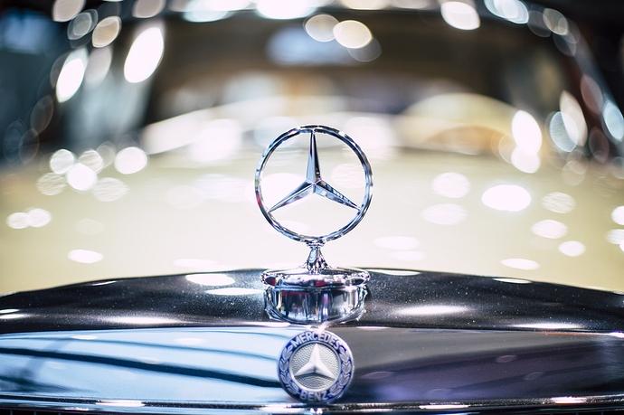 Mercedes Stern an Auto