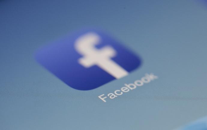 Facebook Logo auf Bildschirm