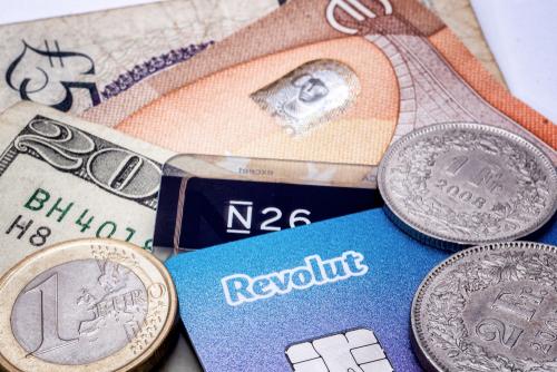 Stapel von Kreditkarten, Münzen, und Geldscheinen